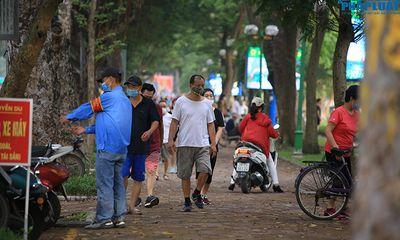Hà Nội: Bị cấm vào công viên, người dân lại ra vỉa hè tập thể dục