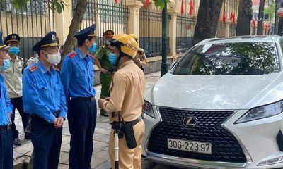 Lộ danh tính tài xế xe Lexus đỗ xe sai quy định còn thách thức tổ liên ngành ở Hà Nội