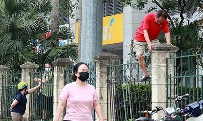 Nhiều người Hà Nội vượt rào vào công viên tập thể dục bất chấp lệnh cấm vì dịch COVID-19