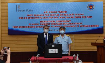 Cơ quan bảo vệ biên giới Anh bàn giao 04 máy quang phổ phát hiện hóa chất cho Hải quan Việt Nam