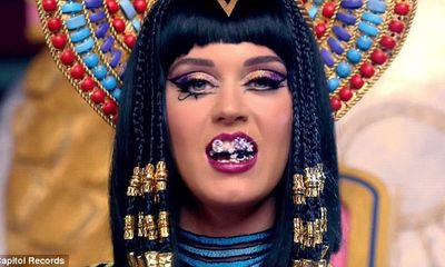 Katy Perry hóa thành nữ hoàng Ai Cập trong MV mới