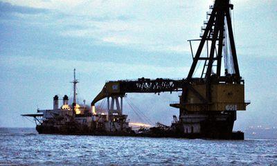 Tàu nước ngoài mắc cạn bất ngờ bốc cháy