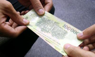 Thư ký toà nhận tiền