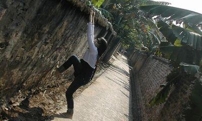 Thiếu nữ 15 tuổi trèo tường để được