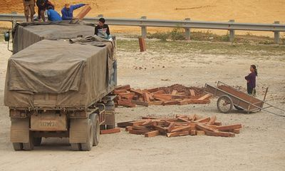 Cận cảnh thủ thuật ngụy trang gỗ lậu ở cửa khẩu Cha Lo