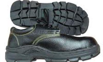 Đi giày sắt nặng 405 kg để lập kỷ lục Guinness