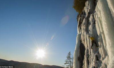 Màn leo thác nước đóng băng ngoạn mục ở Canada