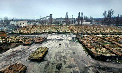 """Đột nhập """"nghĩa địa"""" xe tăng khủng ở Ukraine"""