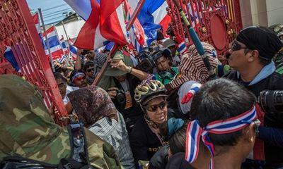 Người biểu tình xông vào trụ sở quân đội ở Bangkok