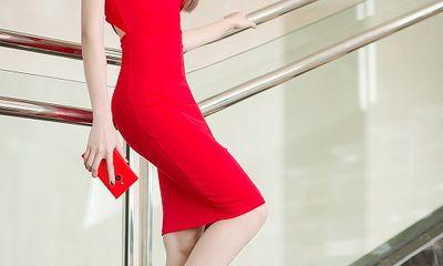 Ngọc Quyên khoe da trắng, eo thon với đầm đỏ rực