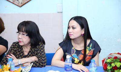 Vợ tỷ phú Chính Chu giản dị đi từ thiện