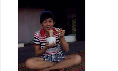 Facebook sao 24h: Hoài Linh khoanh chân ăn mỳ gói