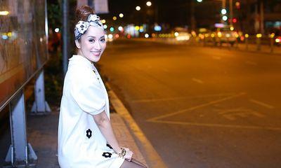 Bắt gặp Khánh Thi một mình ngồi đợi xe bus giữa đêm