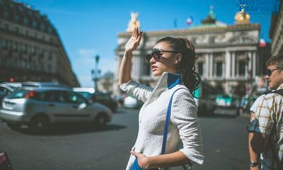 Hồng Quế diện măng tô giản dị dạo chơi Paris