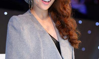 Khánh Thi diện áo cape, đầm da đầy cá tính
