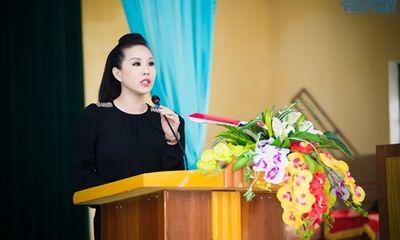 Hoa hậu Thu Hoài tặng quà cho người dân tộc thiểu số Thái Nguyên