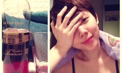 Facebook sao 24h: Tóc Tiên mất ngủ, ngồi uống rượu vang một mình
