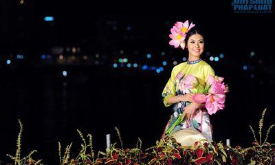 Ngọc Hân dịu dàng cùng sen trong đêm bế mạc Festival Huế 2014