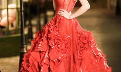 Mai Phương Thúy mê hoặc ánh nhìn với đầm đỏ rực
