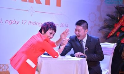 Thái Thùy Linh thử tài vật tay với bạn bè trên sân khấu