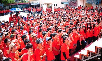 100 sao Việt mặc áo cờ đỏ sao vàng ghi hình hướng về biển Đông