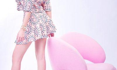 Bà Tưng khoe eo thon, dáng nuột khi diện váy ngắn