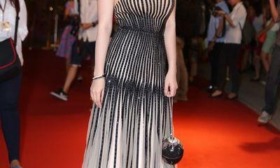 Hoa hậu Thu Hoài diện đầm gắn 9700 viên đá quý