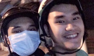 Khắc Việt đội mũ bảo hiểm, bịt khẩu trang kín mít khi đi xe máy