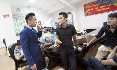 Tuấn Hưng, Khắc Việt ăn bánh mỳ lót dạ trước giờ diễn