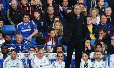 Chelsea thua sốc, HLV Mourinho chúc mừng... trọng tài