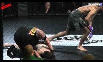 Võ sỹ hạ gục đối thủ sau 7 giây bằng đòn đá trúng cổ