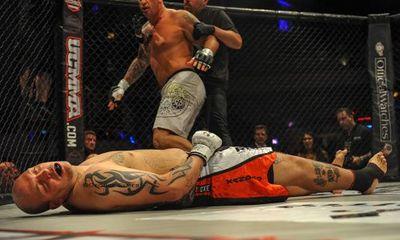 Hung hăng, võ sỹ bị tẩn knock-out sau 2 giây thi đấu