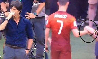 """Ronaldo bị HLV tuyển Đức """"bôi"""" gỉ mũi lên tay"""