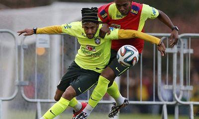Neymar trình diễn kỹ thuật gắp bóng siêu đẳng trên sân tập