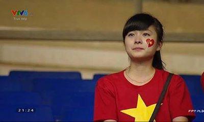 Clip: Fan nữ xinh đẹp khóc nghẹn khi U19 Việt Nam gục ngã