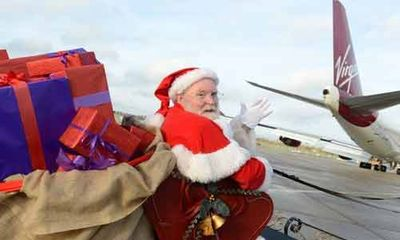 """Độc đáo ông già Noel """"cưỡi"""" máy bay phát quà"""