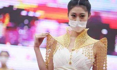 Trung Quốc: Ô nhiễm trầm trọng, người mẫu phải đeo khẩu trang trình diễn