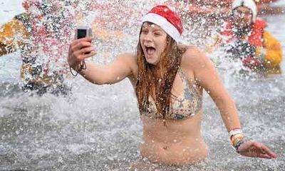 Trời giá lạnh, hàng trăm người vẫn dũng cảm bơi lội để làm từ thiện