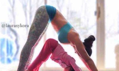 Bộ ảnh mẹ và bé cùng tập yoga cực đáng yêu