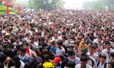 Chùm ảnh: Toát mồ hôi, nhích từng bước ở lễ hội Đền Hùng