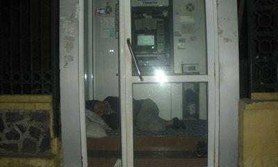 Hà Nội: Xót xa cảnh người nằm co ro trong ATM tránh trời rét buốt
