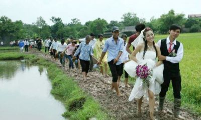 Muôn kiểu rước dâu mùa mưa bão khiến dân mạng xúc động