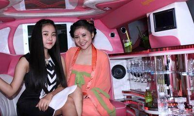 Hot girl 9X đi xe siêu sang dự sự kiện gây choáng