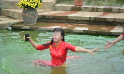 Bi hài thiếu nữ rơi xuống hồ vì mải tạo dáng chụp ảnh đón xuân