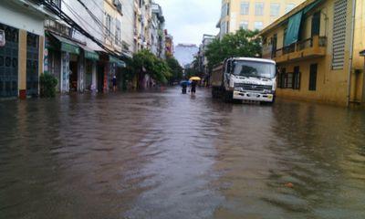 Chùm ảnh: Mưa lớn, dân Hà Nội bì bõm đi chợ trong biển nước