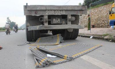 Tài xế ngủ gật, xe tải đâm nát trạm cân