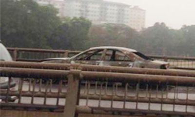Xe ô tô phát hỏa dữ dội trên đường vành đai 3