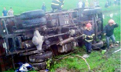 Miền Trung - Mất lái, xe tải đâm nát xe máy, 3 người thương vong