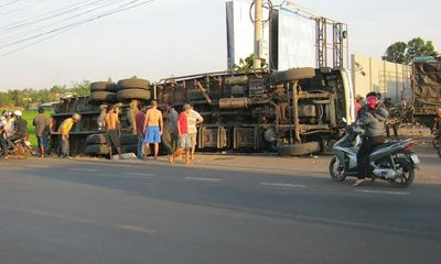 Tây Nguyên - Xe tải chở trên 25 tấn mía lật xuống ruộng, tài xế thoát nạn