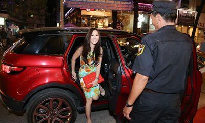Hoa hậu Thu Hoài đi xe sang đến mua váy của Vũ Thu Phương